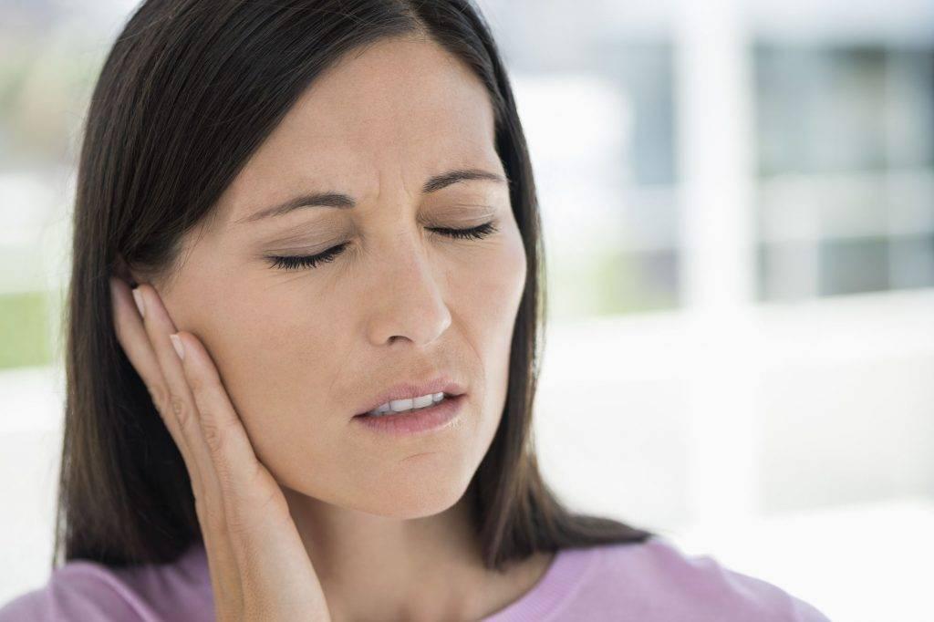 При глотании отдает в ухо с одной стороны без температуры – причины