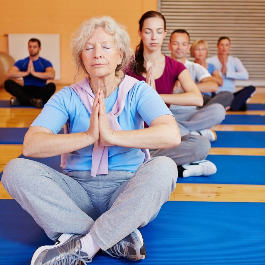 Утренняя гимнастика для пожилых женщин после 60 лет: комплекс физических упражнений в домашних условиях, физкультура, зарядка в 65, 70 лет