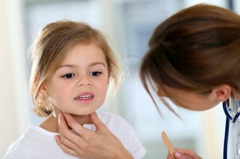 Что делать, если у ребенка болит горло и поднялась температура