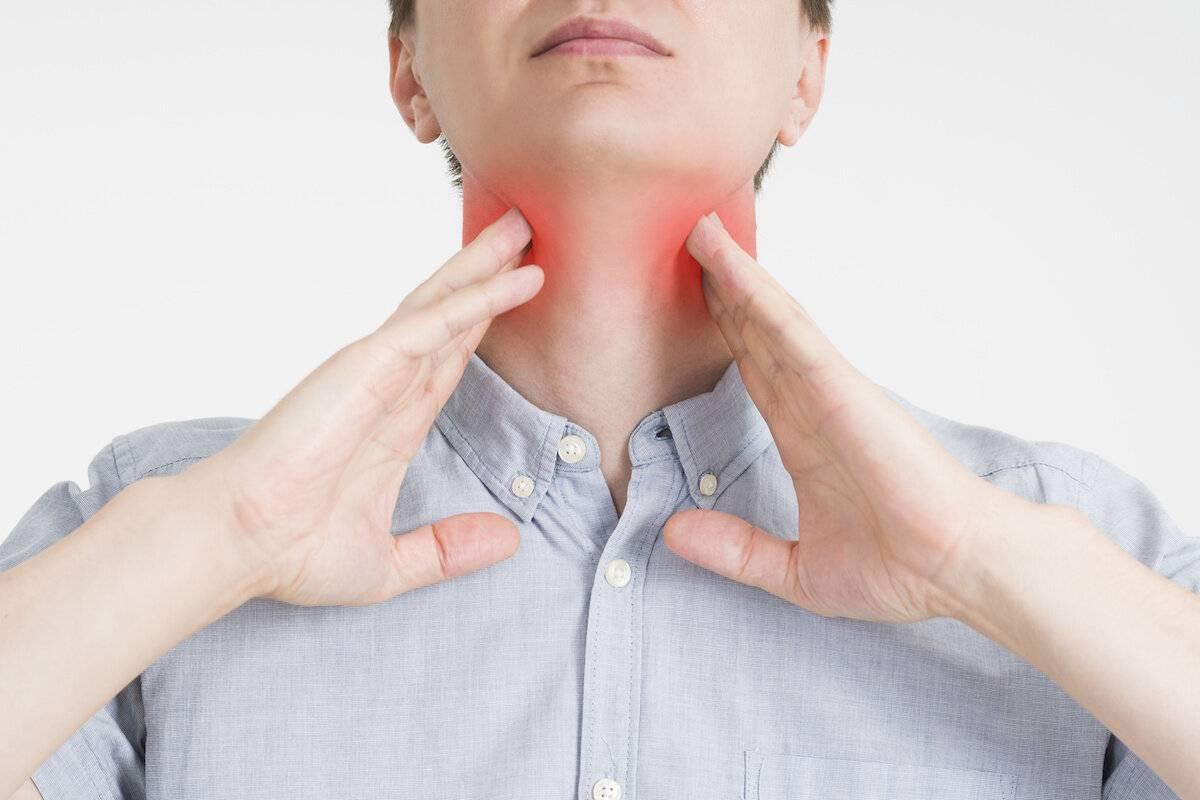 Больно глотать отдает в ухо. болит ухо и горло с одной стороны: причины и лечение