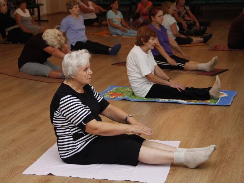 Утренняя гимнастика для пожилых женщин после 60 лет — польза и комплекс упражнений