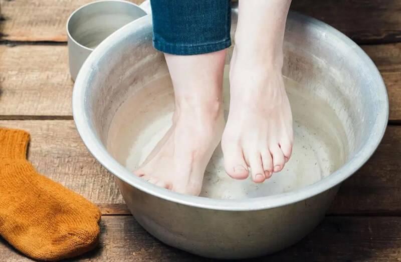 Как правильно парить ноги с горчицей ребенку при насморке и кашле