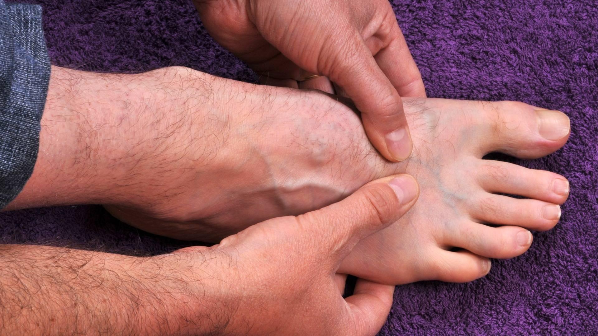 Что делать если болит пятка и больно наступать, как лечить в домашних условиях